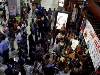 Jesse Jackson accueilli par la musique gwoka à l'aéroport Pôle Caraïbe en Guadeloupe