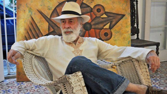El pintor cubano Juan Moreira durante una entrevista en su casa-galería del Vedado. La Habana.