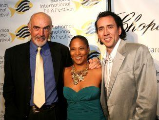 Leslie Vanderpool (Fondatrice et Directrice du Festival International du Cinéma des Bahamas ) avec Sir Sean Connery et Nicolas Cage (Acteurs)