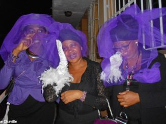 """Des veuves éplorées du Roi Vaval qui sont membres du groupe de carnaval """"Nasyon a Nèg Mawon"""". (Photo: Évelyne Chaville)"""