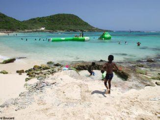 Aller à la plage le lundi de Pâques est une tradition en Guadeloupe mais aussi dans plusieurs îles de la Caraïbe - Plage Anse à l'Eau à Saint-François, Guadeloupe (Photo: Bernard Boucard)