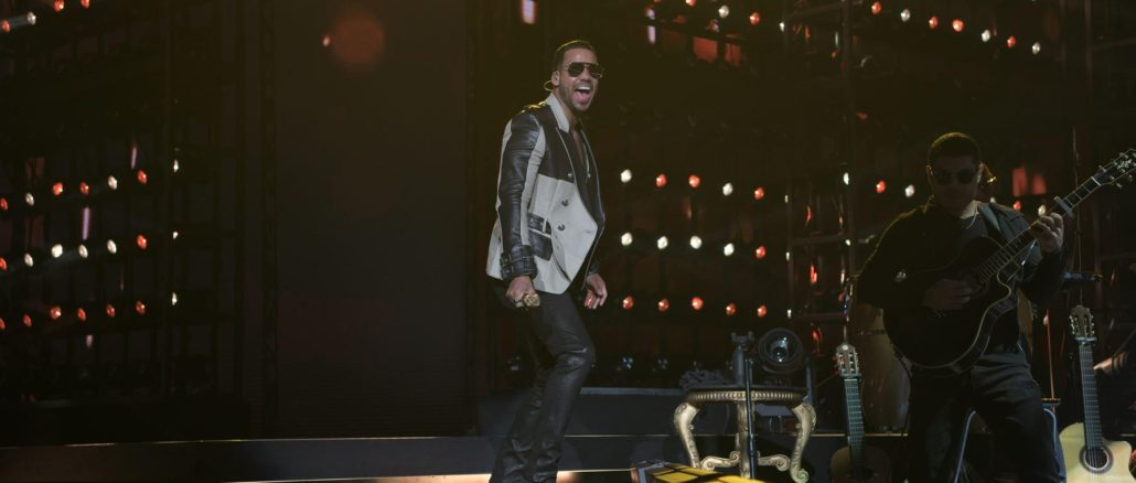 """Romeo Santos a séduit avec des """"vers en or"""" le public en interprétant les chansons les plus populaires de son nouvel album """"Golden"""" qui porte le même nom que sa tournée. (Photo: Ernie Rodriguez)"""