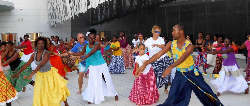"""Cynthia Phibel: """"Cada bailarín, cada coreógrafo que viene para hacer vivir los siete ritmos del gwoka tiene su propia escritura artística lo que da un """"paisaje"""" muy hermoso, una gran diversidad""""."""