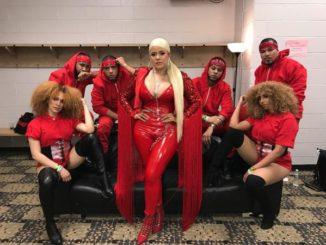 """La chanteuse dominicaine, La Insuperable, avec son groupe de danse à """"La Mega Mezcla"""" à Newark (New Jersey)."""