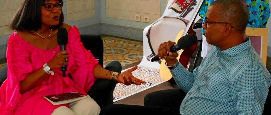 """Winny Kaona, la presentadora del programa """"Moun a Bigin"""" y Georges Brédent, el presidente de la Comisión de Cultura del Consejo Regional de Guadalupe."""