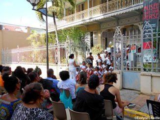 """La Cubaine Jacqueline Lopez, directrice de l'école de musique """"La Corde La/La Cuerda La"""" et ses élèves."""