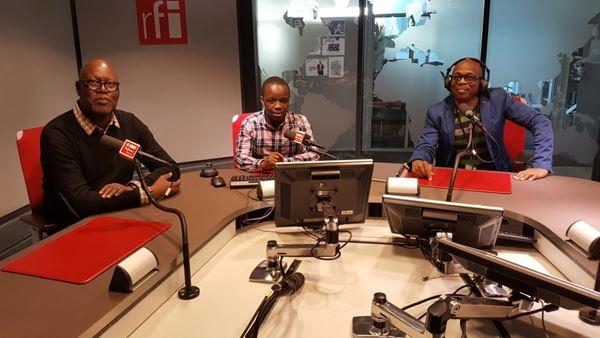 """Sayouba Traoré (journaliste, RFI), Daniel Rugamika (avocat & membre du Club RFI Bukavu en République Démocratique du Congo) et Éric Amiens (journaliste, RFI) qui présente l'émission """"Le Club RFI"""". Photo: RFI"""