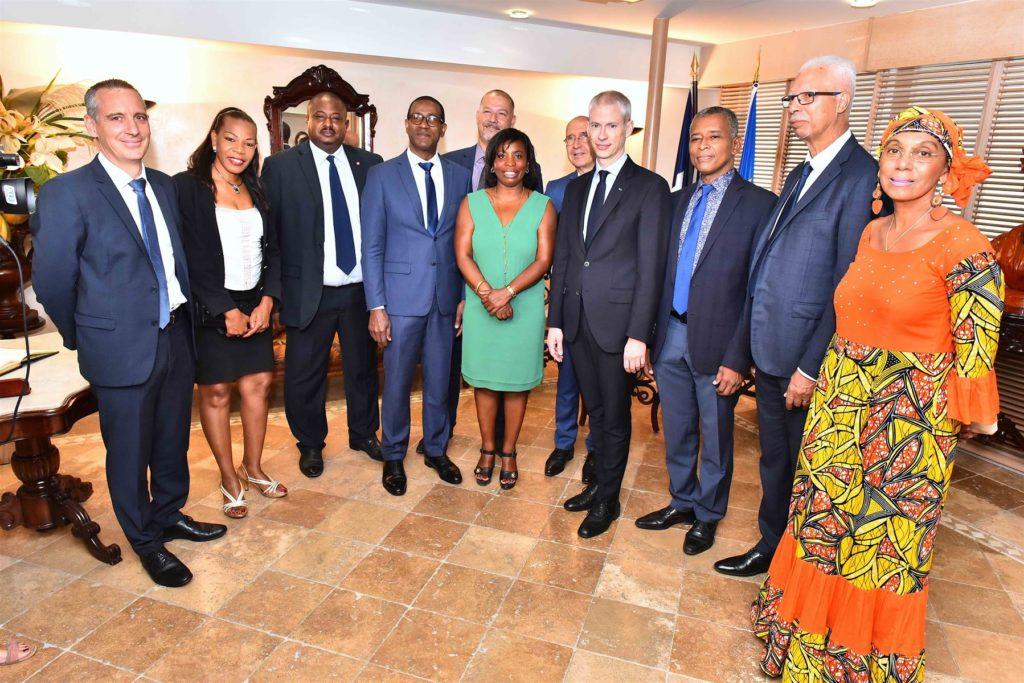 Ministre Franck Riester à l'aéroport avec les forces vives de la Guadeloupe