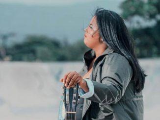 À l'âge de 13 ans, Linda Rose a composé et enregistré sa première chanson.