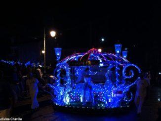 """La """"Parade lumineuse du Lundi Gras"""" est devenue une sorte d'avant-goût de la """"Grande Parade du Mardi Gras"""" dans la capitale de la Guadeloupe"""